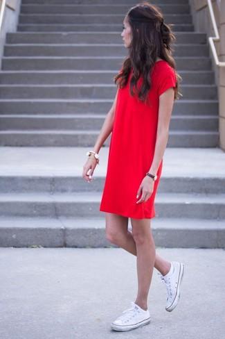 Wie kombinieren: rotes gerade geschnittenes Kleid, weiße Segeltuch niedrige Sneakers, weißes Armband