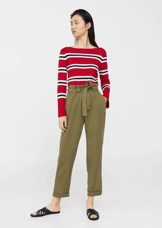 9be060c4dafa Wie kombinieren  rotes horizontal gestreiftes Langarmshirt, olivgrüne  Karottenhose, schwarze flache Sandalen aus Leder