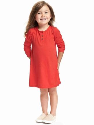 Wie kombinieren: rotes Kleid, hellbeige Turnschuhe