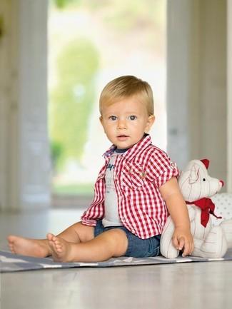 Wie kombinieren: rotes Kurzarmhemd mit Schottenmuster, graues bedrucktes T-shirt, blaue Jeansshorts