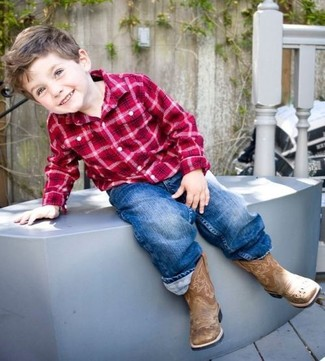 Wie kombinieren: rotes Langarmhemd mit Schottenmuster, blaue Jeans, braune Stiefel