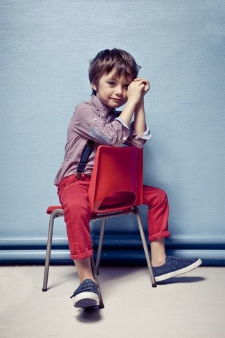 Wie kombinieren: rotes Langarmhemd, rote Jeans, dunkelblaue Turnschuhe