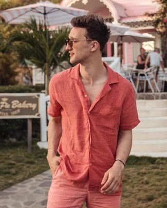 Wie kombinieren: rotes Leinen Kurzarmhemd, fuchsia Shorts, braune Sonnenbrille