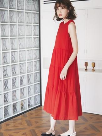 Wie kombinieren: rotes Midikleid mit Falten, schwarze Leder Ballerinas