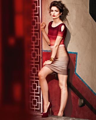 Wie kombinieren: rotes Ombre figurbetontes Kleid, dunkelrote Wildleder Pumps, goldenes Armband