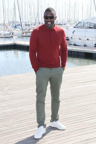Idris Elba trägt Rotes Polohemd, Graue Chinohose, Weiße Leder Niedrige Sneakers