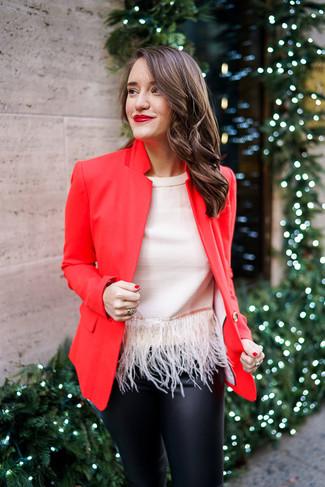 Rotes Sakko kombinieren – 98 Damen Outfits: Diese Paarung aus einem roten Sakko und einer schwarzen enger Hose aus Leder ist ganz ideal alltagstauglich.