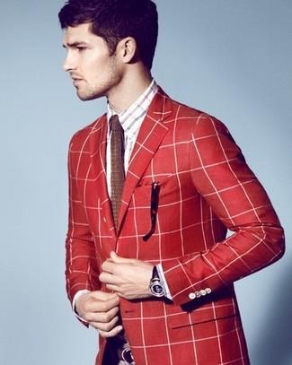 Wie kombinieren: rotes Sakko mit Schottenmuster, weißes und rotes und dunkelblaues Langarmhemd mit Schottenmuster, braune Strick Krawatte