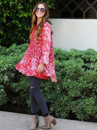 Wie kombinieren: rotes schwingendes Kleid mit Blumenmuster, dunkelgraue enge Jeans mit Destroyed-Effekten, graue Leder Stiefeletten mit Ausschnitten