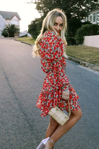 Wie kombinieren: rotes Skaterkleid mit Blumenmuster, rosa Leder Sandaletten, hellbeige Strohhandtasche