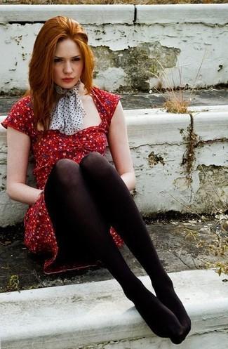 Schwarzes kleid und rote strumpfhose
