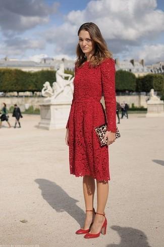 Wie kombinieren: rotes Spitze Skaterkleid, rote Leder Pumps, beige Wildleder Clutch mit Leopardenmuster