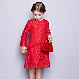 Wie kombinieren: rotes Spitzekleid, rote Tasche