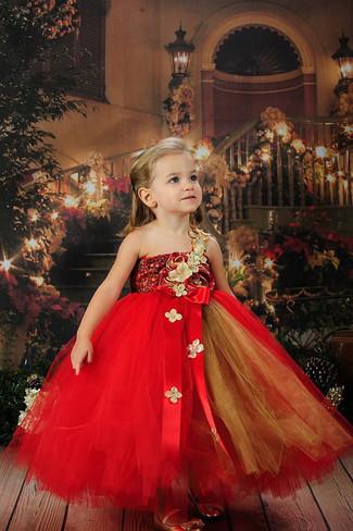 Wie kombinieren: rotes Tüllkleid, goldene Ballerinas