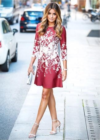 Wie kombinieren: rotes und weißes ausgestelltes Kleid mit Blumenmuster, weiße Leder Sandaletten, weiße Leder Uhr