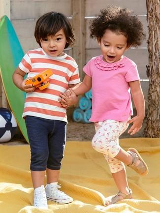 Wie kombinieren: rotes und weißes horizontal gestreiftes T-shirt, dunkelblaue Jeansshorts, weiße Turnschuhe