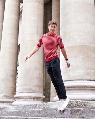 Wie kombinieren: rotes und weißes horizontal gestreiftes T-Shirt mit einem Rundhalsausschnitt, dunkelblaue Chinohose, weiße niedrige Sneakers