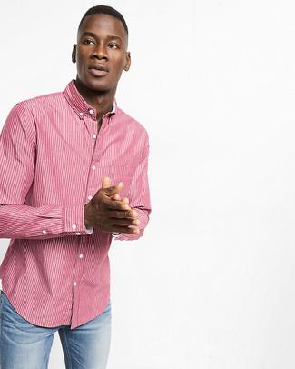 Wie kombinieren: rotes vertikal gestreiftes Langarmhemd, hellblaue Jeans