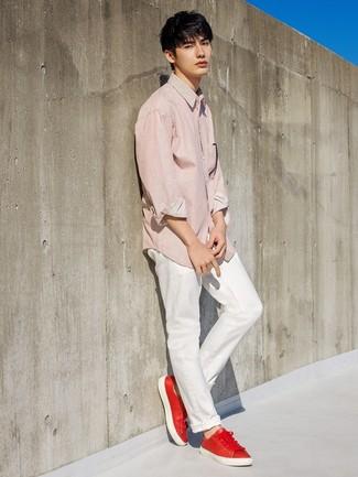 Wie kombinieren: rotes vertikal gestreiftes Langarmhemd, weiße Chinohose, rote Leder niedrige Sneakers