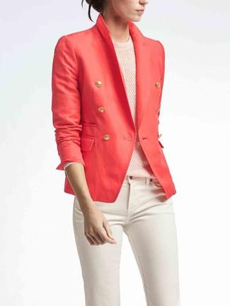 Wie kombinieren: rotes Zweireiher-Sakko, rosa Pullover mit einem Rundhalsausschnitt, weiße enge Jeans