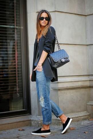 Die Vielseitigkeit von einem schwarzen Sakko und blauen Boyfriend Jeans mit Destroyed-Effekten machen sie zu einer lohnenswerten Investition. Ergänzen Sie Ihr Look mit schwarzen Slip-On Sneakers.