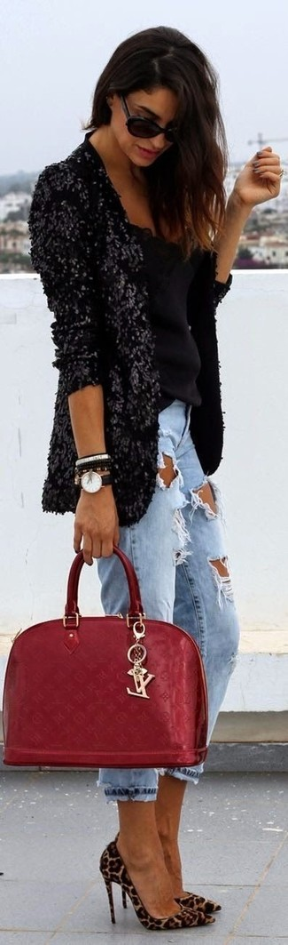 Wie kombinieren: schwarzes Paillettesakko, schwarzes ärmelloses Oberteil, hellblaue Boyfriend Jeans mit Destroyed-Effekten, beige Wildleder Pumps mit Leopardenmuster