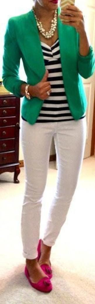 Weißes und schwarzes horizontal gestreiftes ärmelloses Oberteil kombinieren – 12 Damen Outfits: Probieren Sie diese Paarung aus einem weißen und schwarzen horizontal gestreiften ärmellosem Oberteil und weißen engen Jeans, umeinen auffälligen, lockeren Look zu erreichen, der im Kleiderschrank der Frau nicht fehlen darf. Fuchsia Wildleder Slipper mit Quasten putzen umgehend selbst den bequemsten Look heraus.