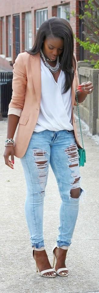 Wie kombinieren: rosa Sakko, weißes ärmelloses Oberteil aus Seide, hellblaue enge Jeans mit Destroyed-Effekten, weiße Leder Sandaletten