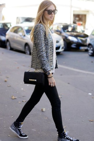 Wie kombinieren: graues Paillettesakko, weißes ärmelloses Oberteil aus Seide, schwarze enge Jeans, schwarze hohe Sneakers