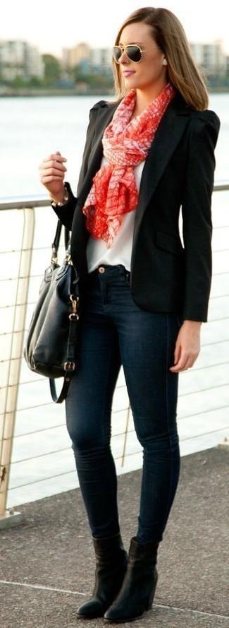 Wie kombinieren: schwarzes Sakko, weißes ärmelloses Oberteil aus Seide, dunkelblaue enge Jeans, schwarze Leder Stiefeletten