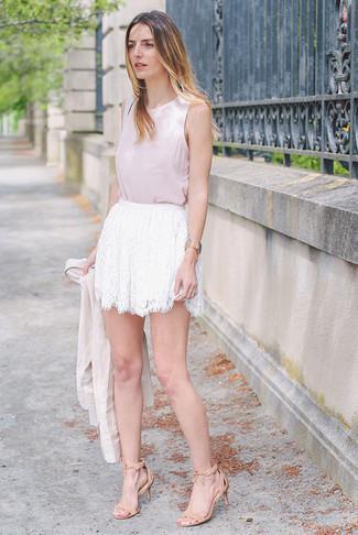 Beige Ledergürtel kombinieren – 90 Damen Outfits: Wenn Sie ein entspanntes Alltags-Outfit schaffen müssen, wahlen Sie ein hellbeige Sakko und einen beige Ledergürtel. Hellbeige Wildleder Sandaletten sind eine perfekte Wahl, um dieses Outfit zu vervollständigen.