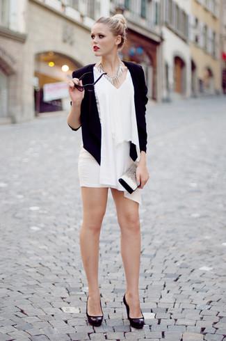 Wie kombinieren: schwarzes Sakko, weißes ärmelloses Oberteil aus Chiffon, weißer Minirock, schwarze klobige Leder Pumps