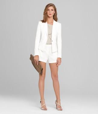 Wie kombinieren: weißes Sakko, graues ärmelloses Oberteil, weiße Shorts, silberne Leder Sandaletten