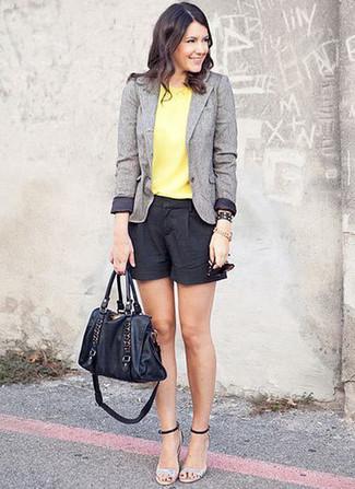 Wie kombinieren: graues Wollsakko, gelbes ärmelloses Oberteil, schwarze Shorts, silberne Leder Sandaletten