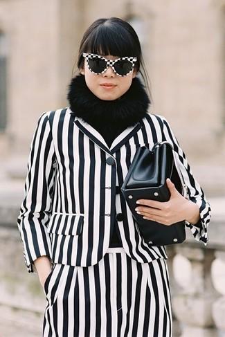 Wie kombinieren: weißes und schwarzes vertikal gestreiftes Sakko, weiße und schwarze vertikal gestreifte Anzughose, schwarze Leder Clutch, schwarzer Pelzschal