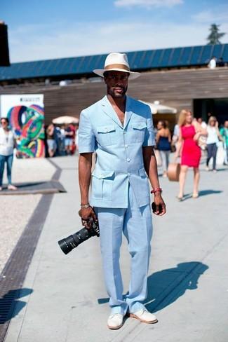 Wie kombinieren: hellblaues Sakko, hellblaue Anzughose, weiße Wildleder Derby Schuhe, weißer Strohhut