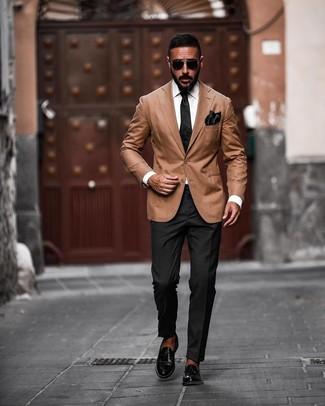 Wie kombinieren: beige Sakko, schwarze Anzughose, schwarze Leder Slipper, schwarze Seidekrawatte