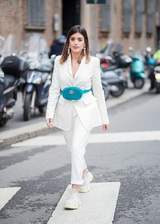 Weiße Sportschuhe kombinieren – 122 Damen Outfits: Ein weißes Sakko und eine weiße Anzughose sind wunderbar geeignet, um ein verfeinertes aber lässiges Outfit zu erzeugen. Wenn Sie nicht durch und durch formal auftreten möchten, ergänzen Sie Ihr Outfit mit weißen Sportschuhen.