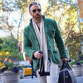 Wie kombinieren: dunkelgrünes Strick Sakko, graue Anzughose, schwarze Leder Sporttasche, weißer und schwarzer Schal