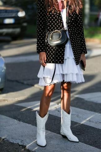 Weiße Cowboystiefel aus Leder kombinieren für Frühling 2020: Um ein entspanntes Outfit zu erzeugen, sind ein schwarzes und weißes bedrucktes Sakko und ein weißes ausgestelltes Kleid mit Rüschen ganz ideal geeignet. Weiße Cowboystiefel aus Leder leihen Originalität zu einem klassischen Look. Schon haben wir ein super Outfit im Frühling.
