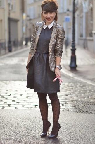 Wie kombinieren: goldenes Paillettensakko, schwarzes ausgestelltes Kleid, schwarze Leder Pumps, silberne Uhr