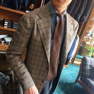 Braune Strick Krawatte kombinieren: trends 2020: Entscheiden Sie sich für einen klassischen Stil in einem beige Sakko mit Schottenmuster und einer braunen Strick Krawatte.