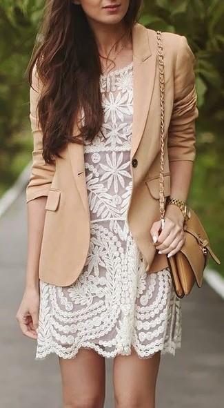 Wie kombinieren: beige Sakko, weißes Spitze Etuikleid, beige Leder Umhängetasche, goldene Uhr