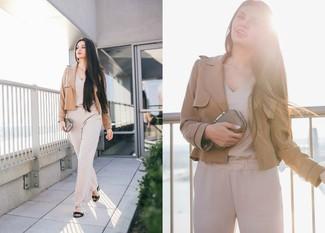 Wie kombinieren: beige Sakko, hellbeige Jumpsuit, schwarze Leder Sandaletten, goldene Clutch