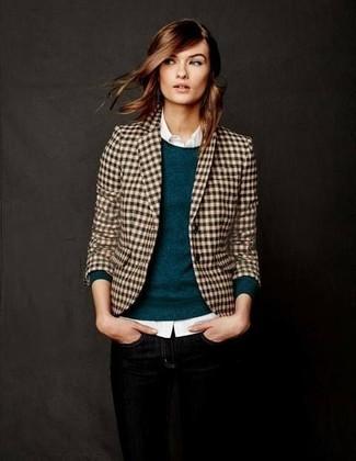 Wie kombinieren: beige Sakko mit Vichy-Muster, dunkeltürkiser Pullover mit einem Rundhalsausschnitt, weißes Businesshemd, schwarze enge Jeans