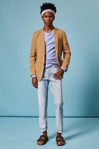 Hellblaue Jeans kombinieren – 500+ Herren Outfits: Kombinieren Sie ein beige Sakko mit hellblauen Jeans für einen für die Arbeit geeigneten Look. Dunkelbraune Wildledersandalen verleihen einem klassischen Look eine neue Dimension.