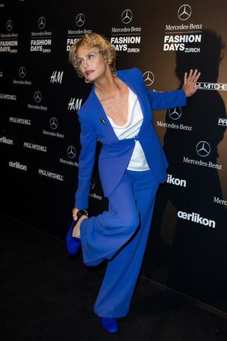 Lauren Hutton trägt Blaues Sakko, Weißes Ärmelloses Oberteil, Blaue Weite Hose, Blaue Leder Slipper