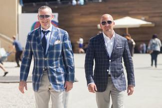 Wie kombinieren: blaues Sakko mit Schottenmuster, hellblaues Businesshemd, hellbeige Anzughose, dunkelblaue Krawatte