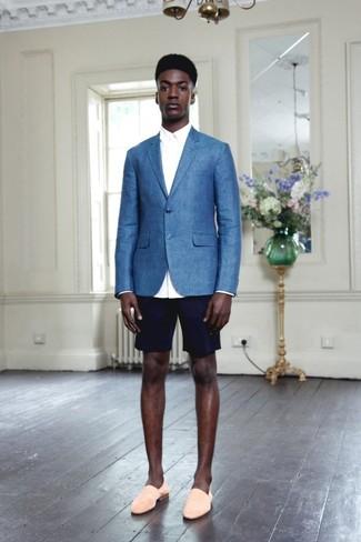 Hellbeige Wildleder Slipper kombinieren: Smart-Casual-Outfits: trends 2020: Etwas Einfaches wie die Paarung aus einem blauen Sakko und dunkelblauen Shorts kann Sie von der Menge abheben. Schalten Sie Ihren Kleidungsbestienmodus an und machen hellbeige Wildleder Slipper zu Ihrer Schuhwerkwahl.