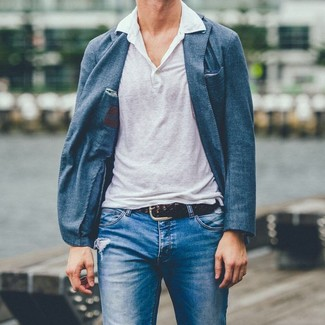Wie kombinieren: blaues Sakko, weißes Leinen Polohemd, blaue Jeans mit Destroyed-Effekten, dunkelbrauner geflochtener Ledergürtel